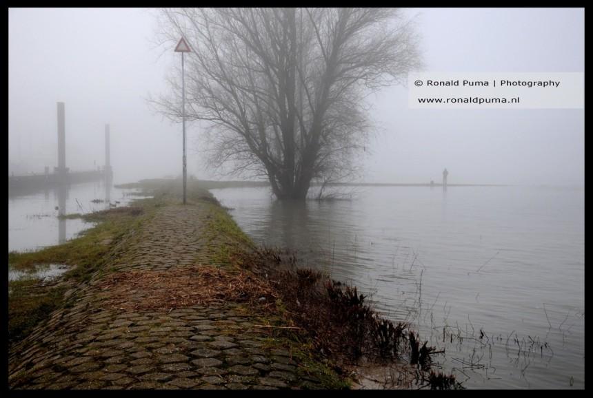 Mist in Nijmegen langs de Waal